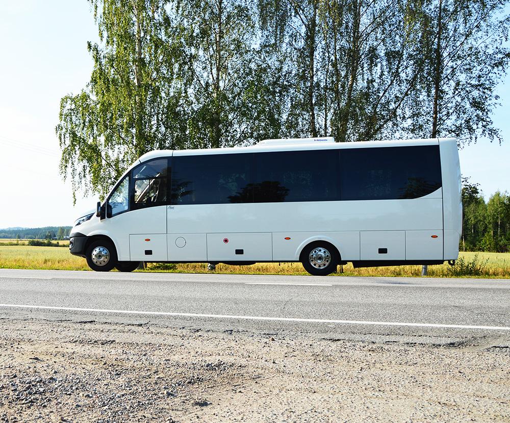 Iveco pohjalle rakennettu 31-paikkainen linja-auto